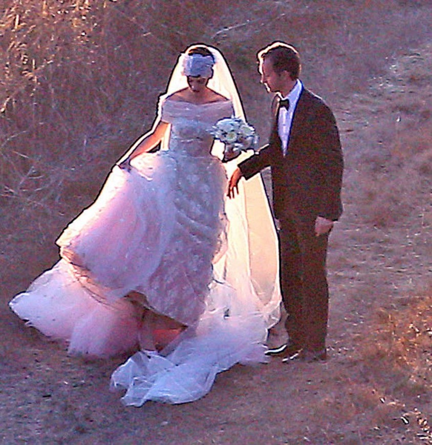 anne-hathaway-pink-wedding-dress-994x1024